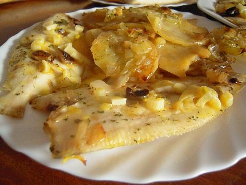 peces al horno con patatas y cebolla