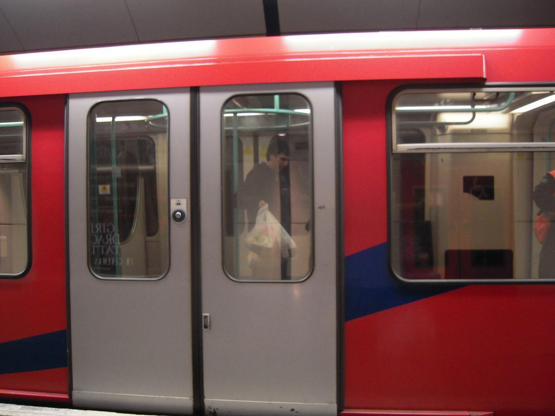 marcos encerrado en el metro con las bolsas