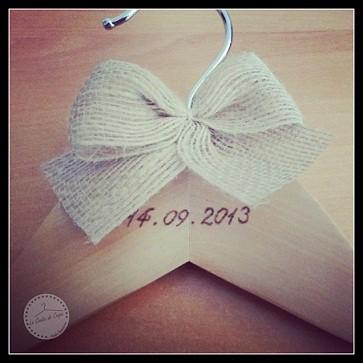 percha personalizada novias fecha y lazo de lacasitadecuqui