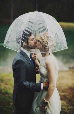 paraguas transparente boda fotos novios via arielrenaephoto