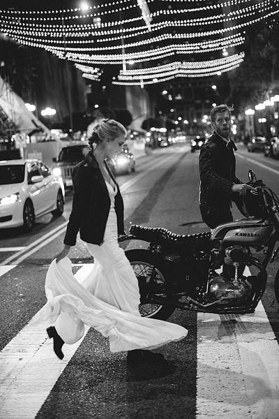 novia-chaqueta-cuero-Katie-May-Urban-Elopement_opt